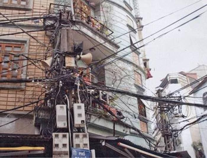 Не включайте свет за границей: 12 худших примеров электропроводки в мире