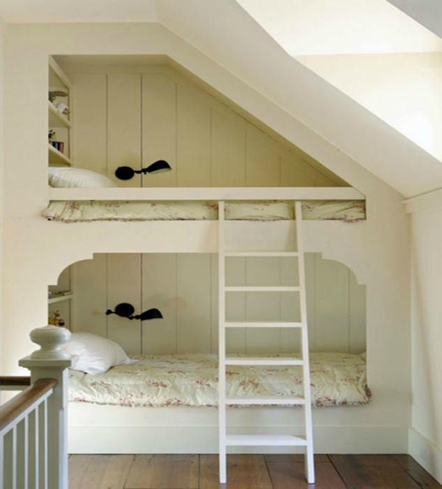 Двухъярусная кровать под крышей мансарды.