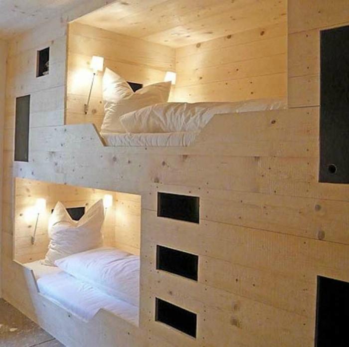 Кровати в деревянной нише.