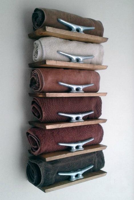 Деревянный стеллаж для полотенец.