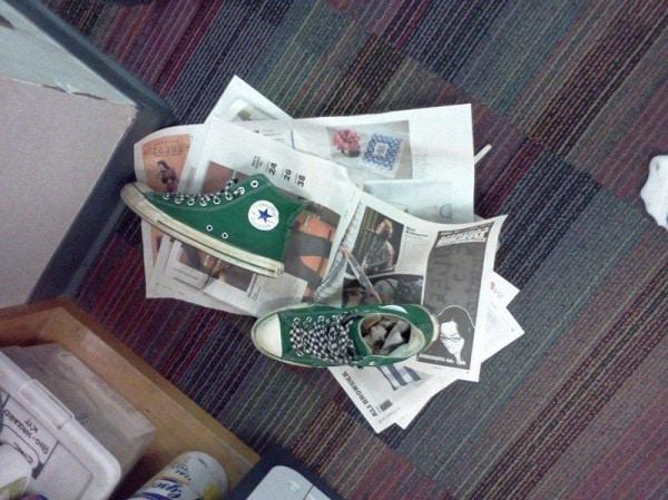 кеды на газете