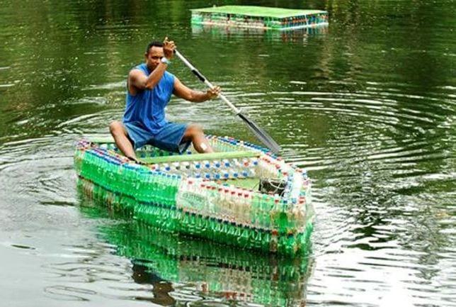 Естественно, из пластиковых бутылок получаются отличные плавательные средства. очумелые ручки, пластиковые бутылки, поделки, прикол, юмор