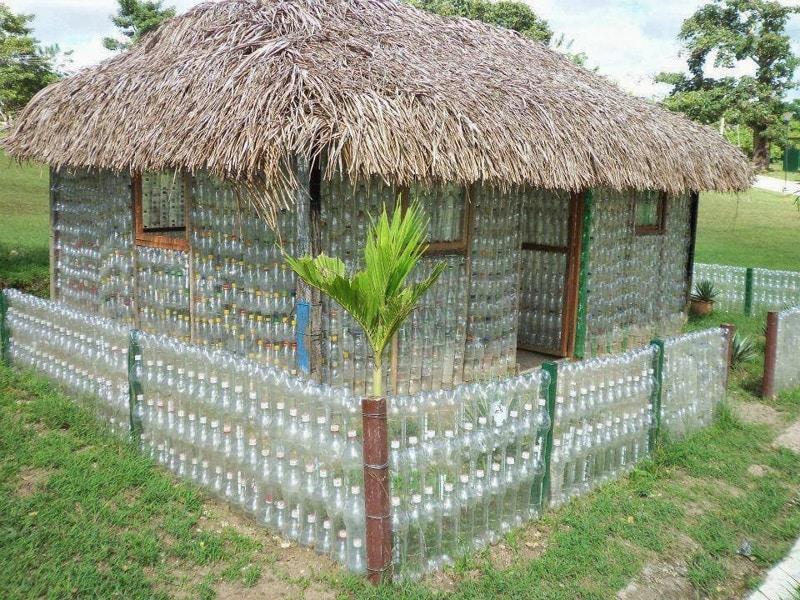 Впрочем, как оказывается, и сам домик тоже можно сделать из этих же пластиковых бутылок, имея большой их запас. очумелые ручки, пластиковые бутылки, поделки, прикол, юмор