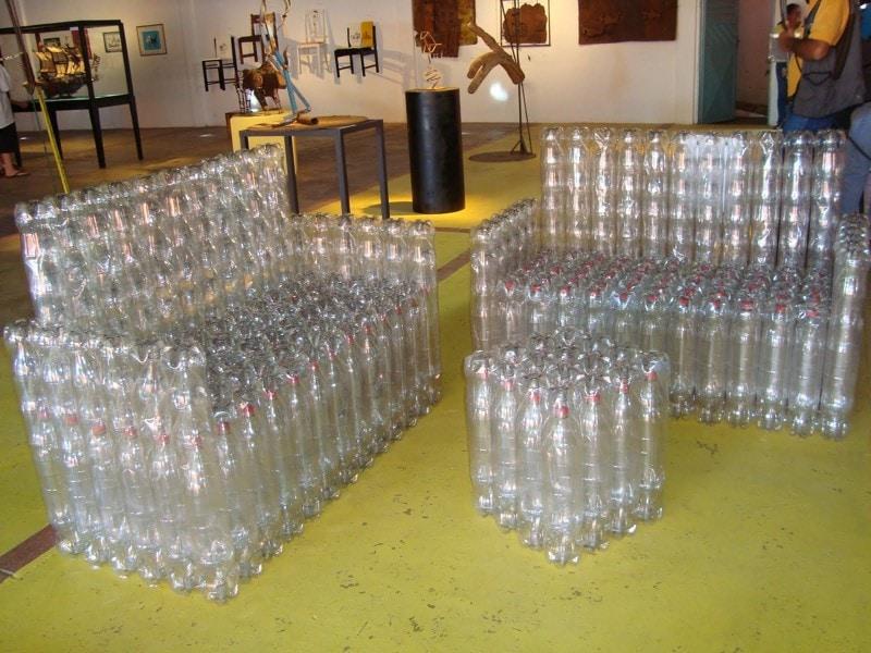 Но на самом деле потенциал пластиковых бутылок намного больше. Вот, например, полноценная мебель. очумелые ручки, пластиковые бутылки, поделки, прикол, юмор