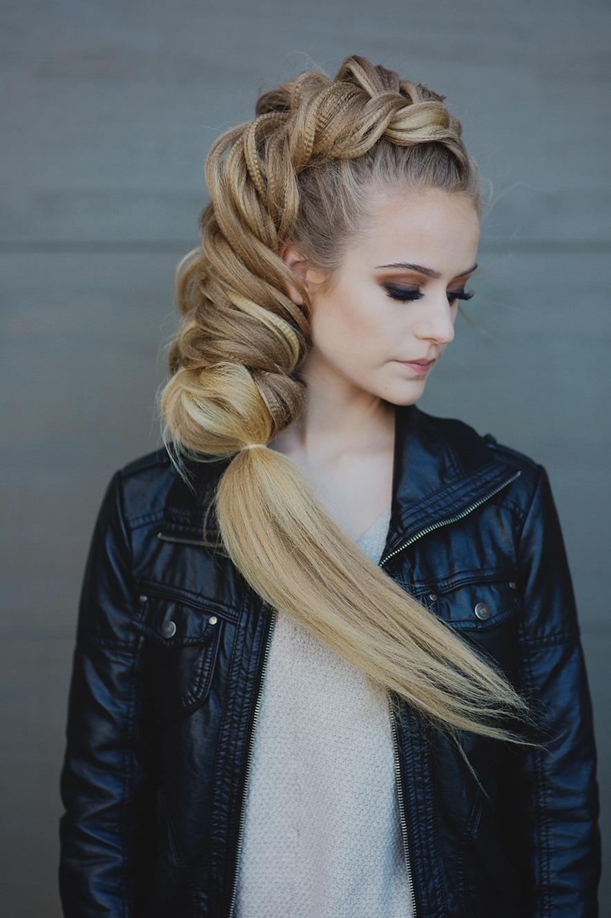 Модная прическа для длинных волос: объемная коса «Рыбий хвост»