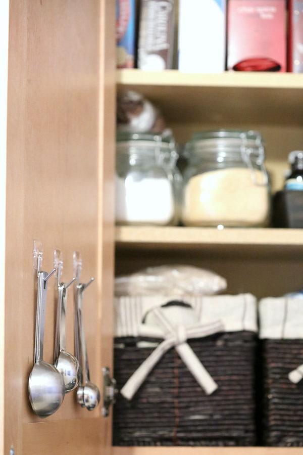 8. На внутреннюю сторону дверки шкафа можно приделать крючки и повесить мерные ложки кухня, хранения