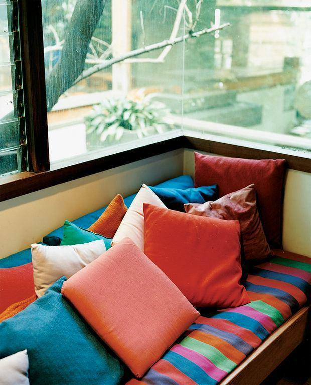 Спальня в цветах: черный, светло-серый, бордовый, салатовый, темно-коричневый. Спальня в .