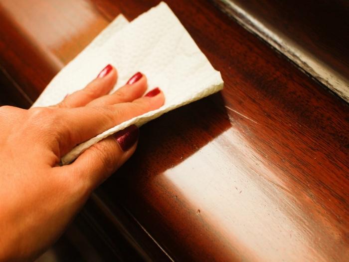 Пыль на лакированной и полированной мебели.