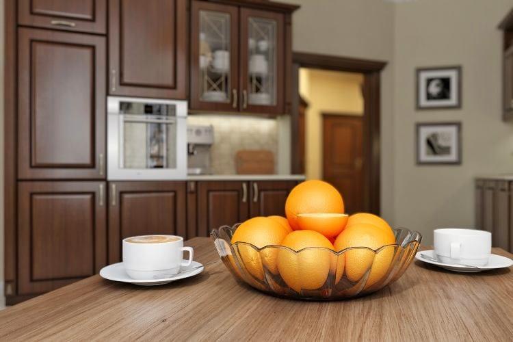 Кухня в цветах: серый, темно-коричневый, коричневый, бежевый. Кухня в стилях: классика.