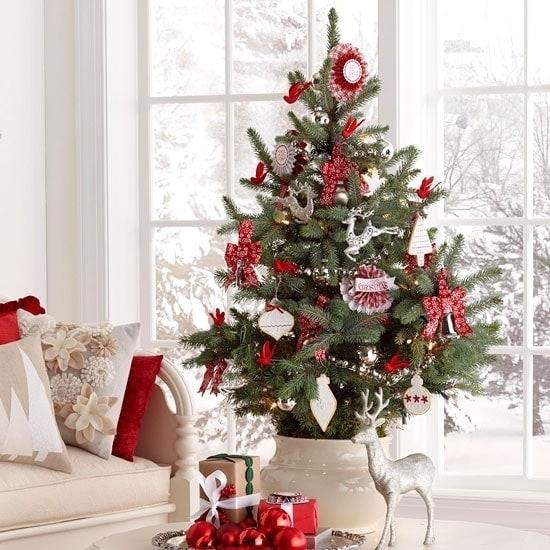 Пышная красная новогодняя елка