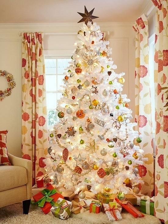 Яркая белая новогодняя елка
