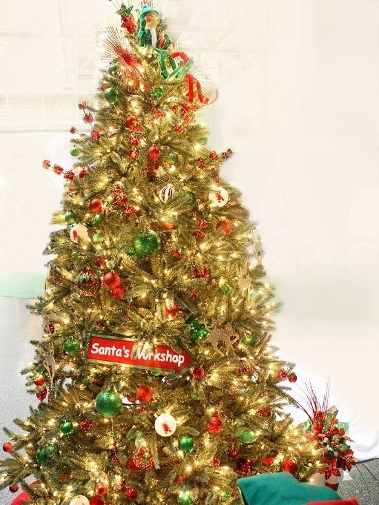 Новогодняя елка с украшениями из мастерской Санта-Клауса