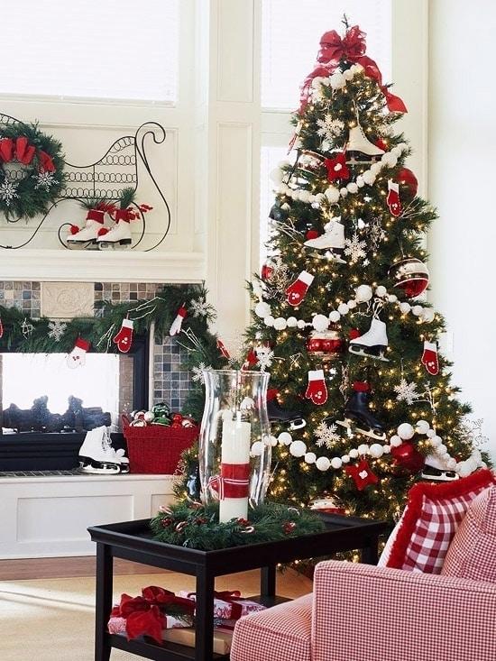Новогодняя елка с зимним весельем