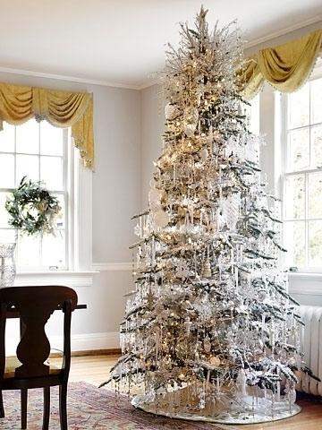 Новогодняя елка, покрытая сосульками