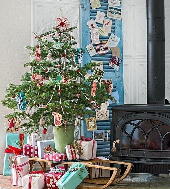Новогодняя елка с самодельными украшениями