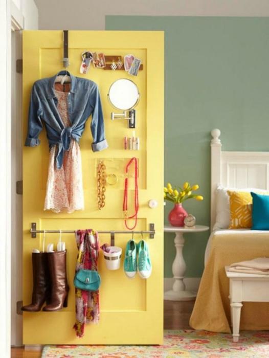 Хранение вещей на двери в спальне.