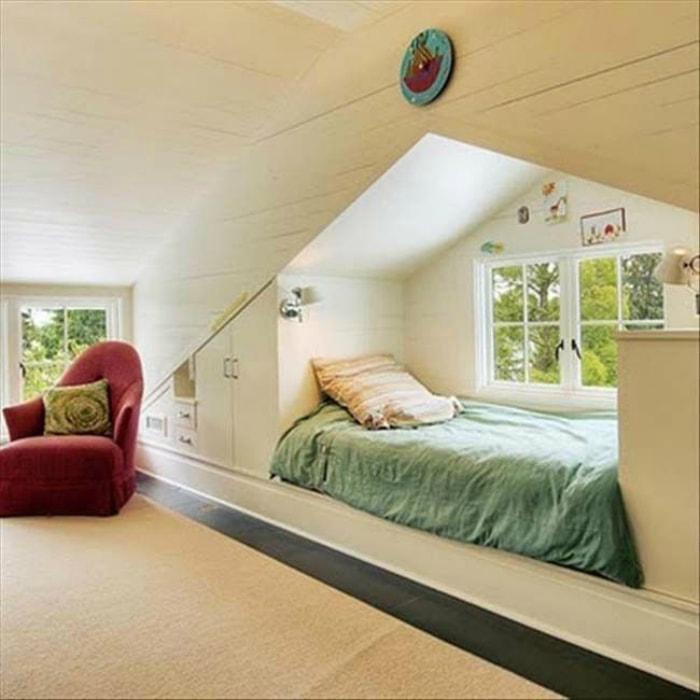 Кровать у окна.