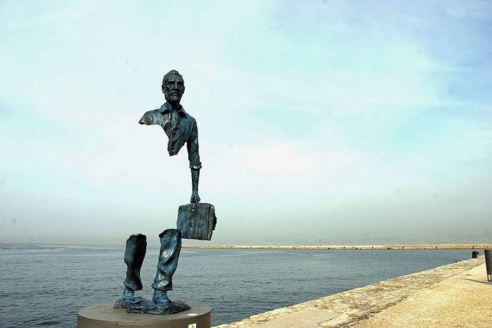 Скульптура Бруно Каталано (Bruno Catalano) установлена в порту Марселя в 2013 году.