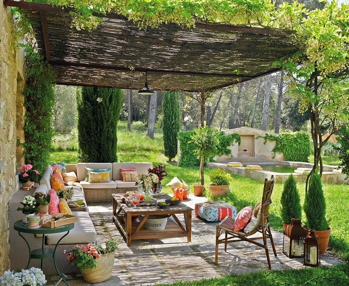 Отличный дизайн беседки и пространство вокруг украшено с помощью зеленых насаждений.