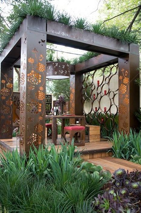 Изготовленная на заказ металлическая беседка, с невероятными узорами, которые придают конструкции элегантность.
