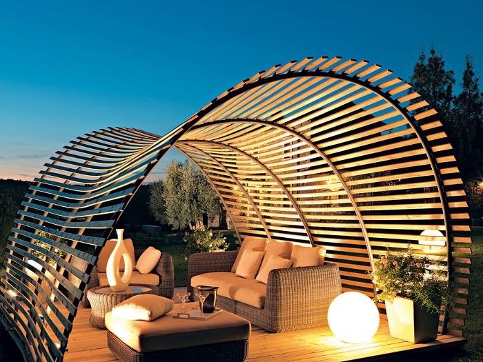 Пергола невероятной формы, выполненная на заказ, отлично впишется в саду около дома.