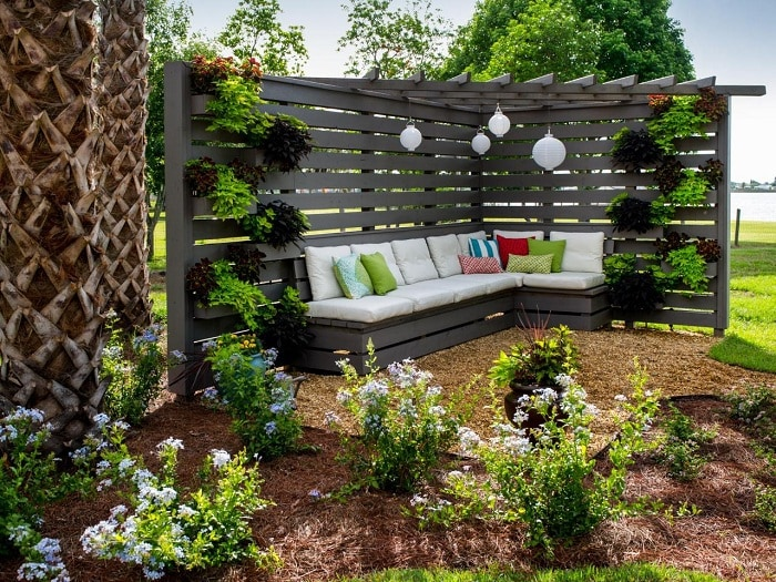 The wooden pergola is a corner construction that creates a secluded corner in the garden.