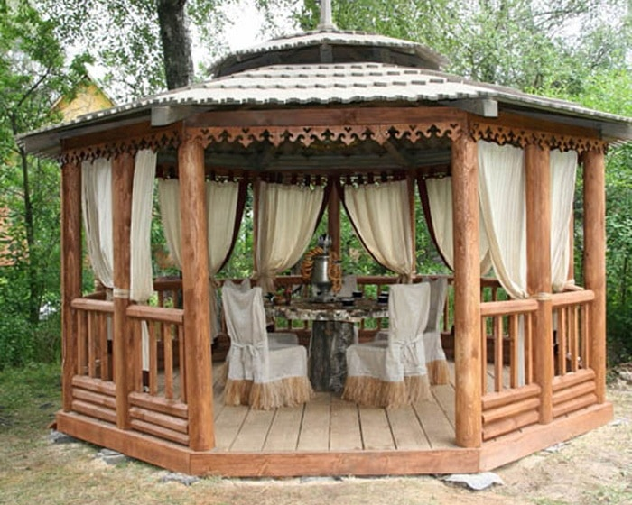 A rustic gazebo that combines privacy and total comfort.
