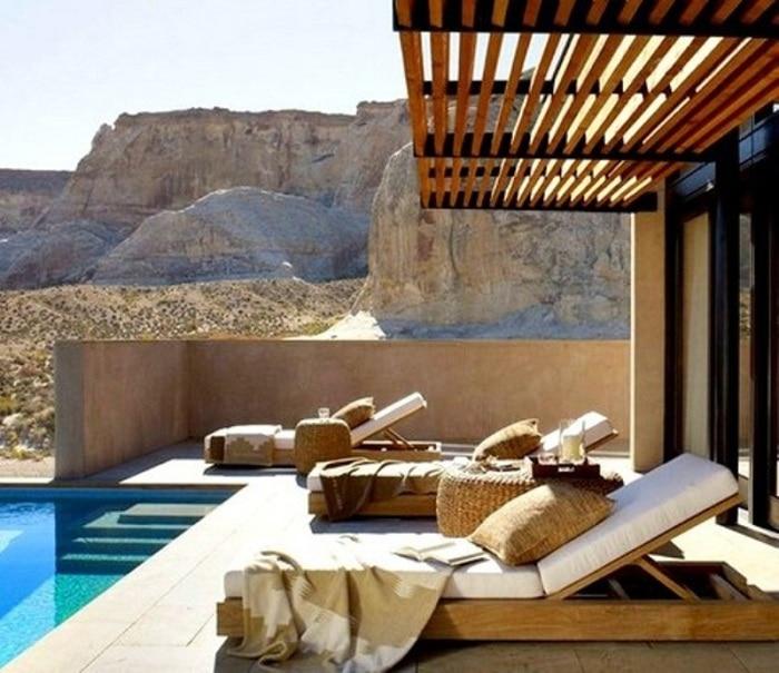 Современная беседка у бассейна, которая расширяет жизненное пространство на открытом воздухе.