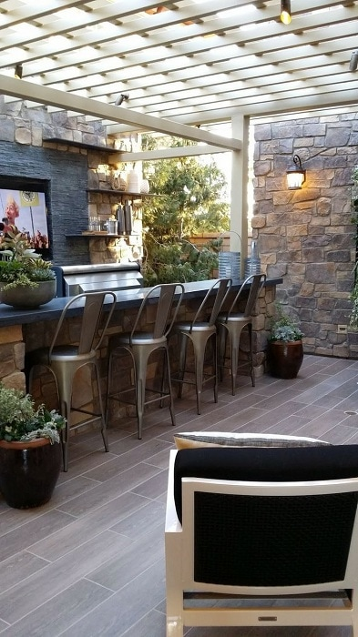 Открытая бар-зона защищена белой беседкой. Барные стулья в промышленном стиле подчеркивают пространство зоны отдыха.