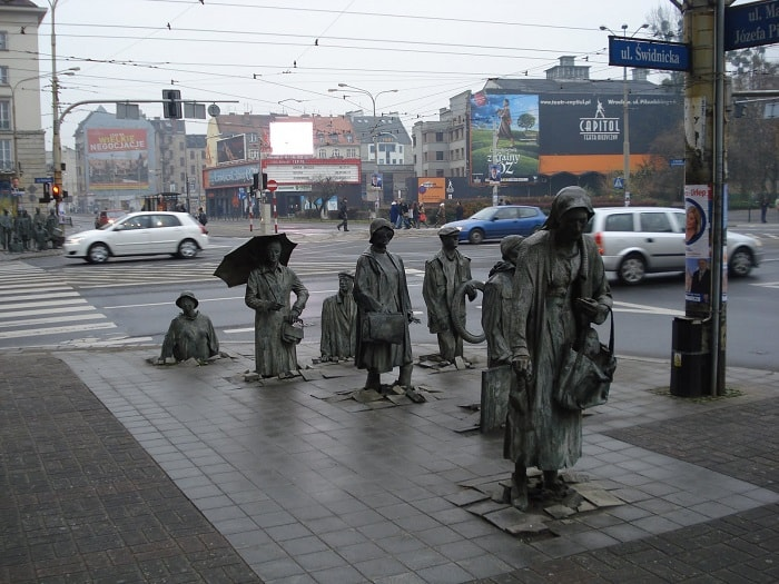 The sculpture symbolizes the suppression of the individual in the days of communism and the underground anti-communist activities of the Poles in the 1980s.