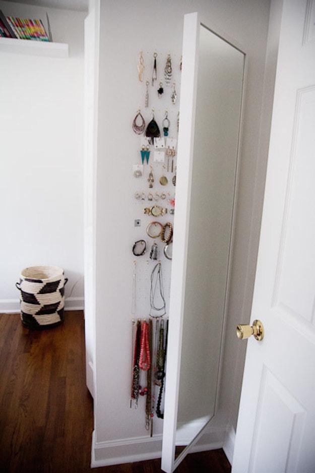 23. За зеркалом можно хранить украшения кухня, хранения