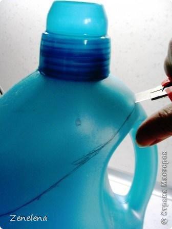 Порядок в своих швейно-вязально-художественных инструментах навели (см. часть 1 - http://stranamasterov.ru/node/789492). Теперь будем наводить порядок в хозяйственном шкафу с более габаритными инструменами (возможно, не своими, а мужниными... Но - у кого как....). На этот раз нам ОЧЕНЬ жалко выбрасывать освободившиеся большие бутылки из-под геля для стирки PERWOLL (неплохое средство, кстати. Мне нравится). Они бывают 3-х видов: для черного, для белого и для цветного белья. Мне особенно нравится бутылка для цветного - слабость питаю ко всем оттенкам бирюзового цвета... ;) Но приступим: фото 6