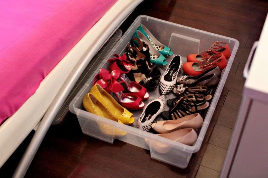 обувные коробки под кроватью
