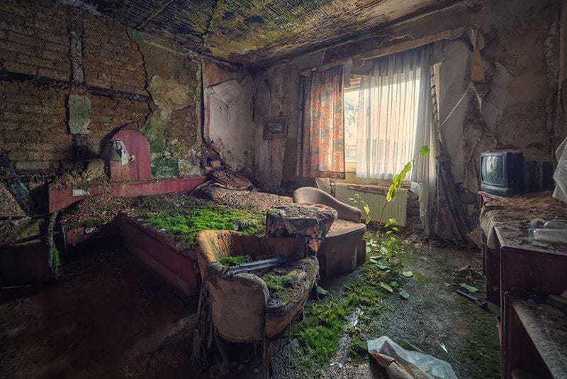 18. Этот гостиничный номер давно не принимал в своих стенах гостей.