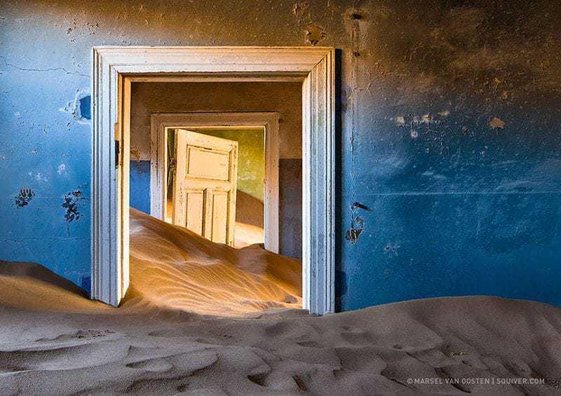 10. Дом в шахтёрском городке в Намибии отошёл пескам.