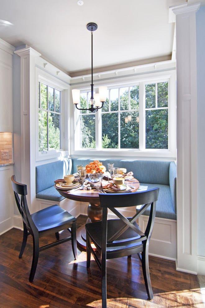 Кухня с обеденным столом у окна