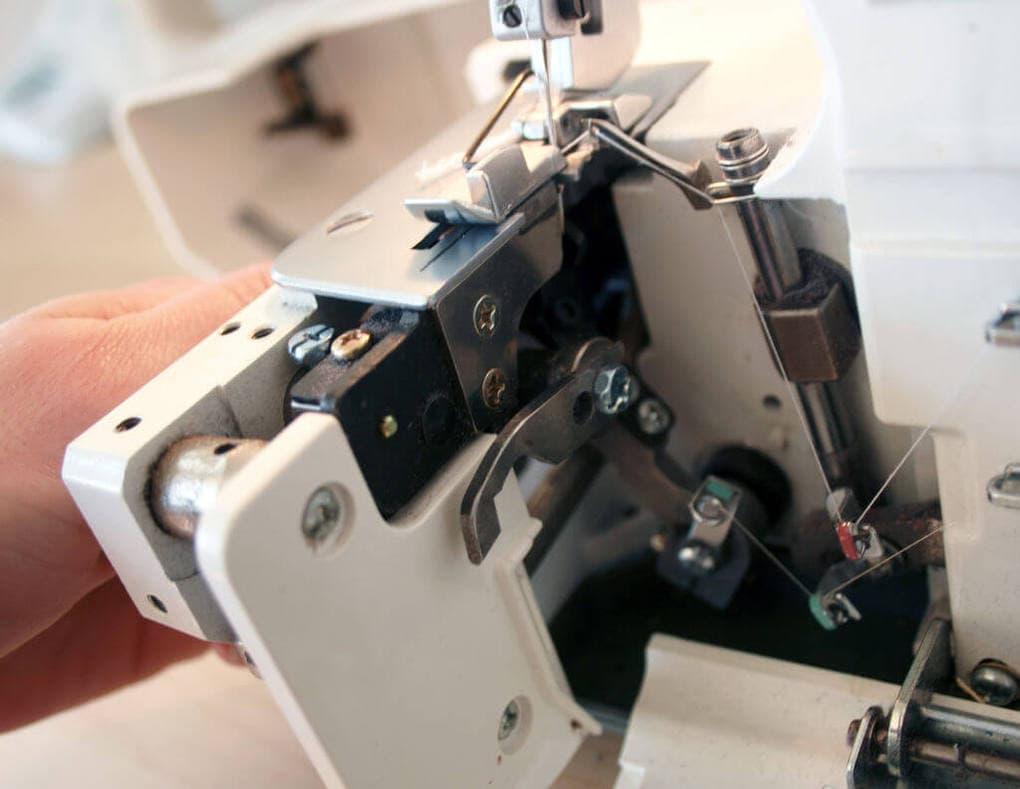 Приспособление на швейной машинке