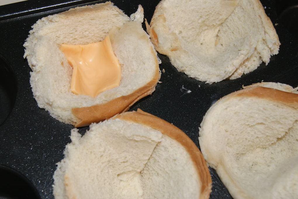 Укладываем сыр в булочки