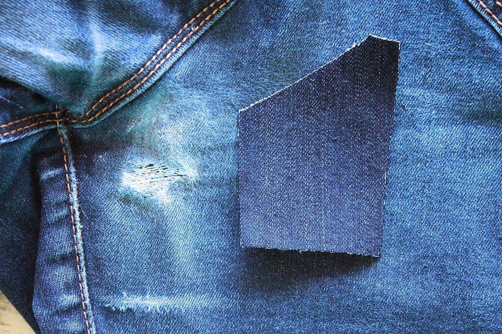 Прорезь в джинсах между ног у телки 3 фотография