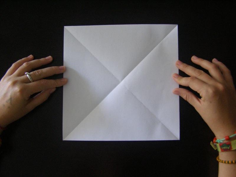 Квадрат из бумаги с диагоналями