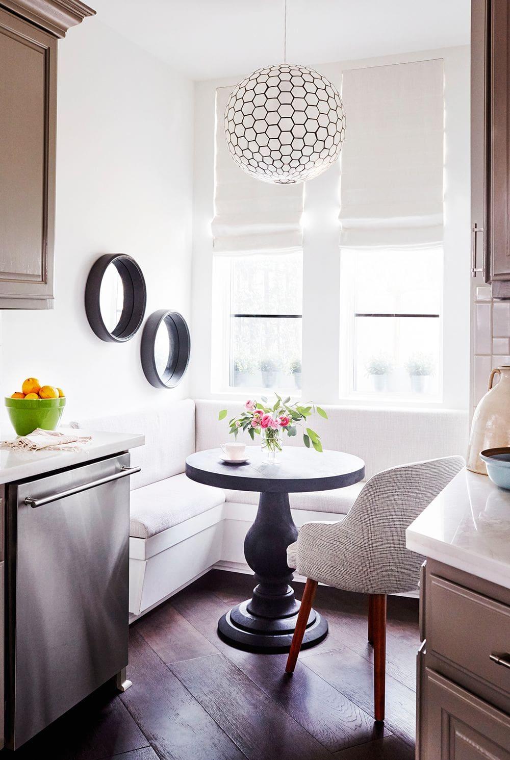 Кухня в цветах: серый, светло-серый, белый. Кухня в стиле эклектика.