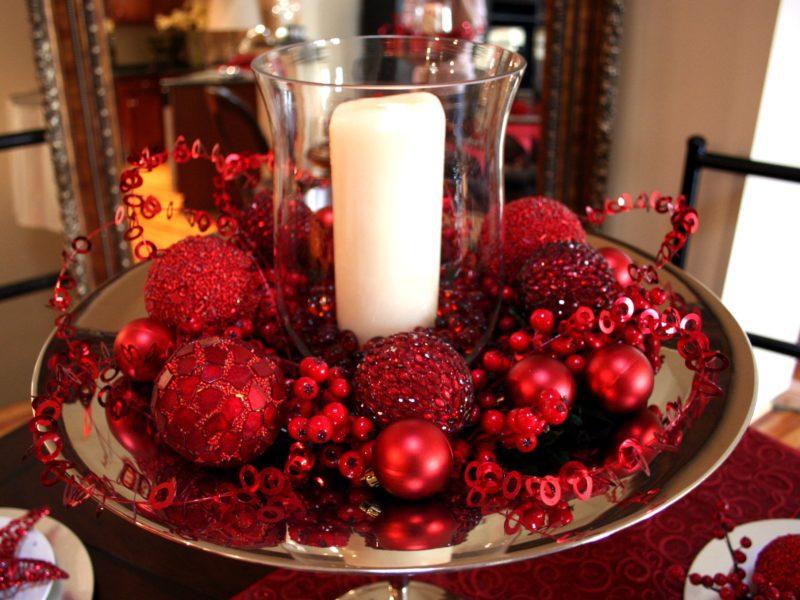 Яркий красный декор для праздничного стола