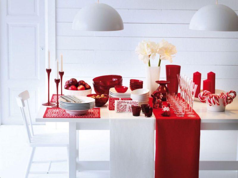 Красный и белый настольный декор