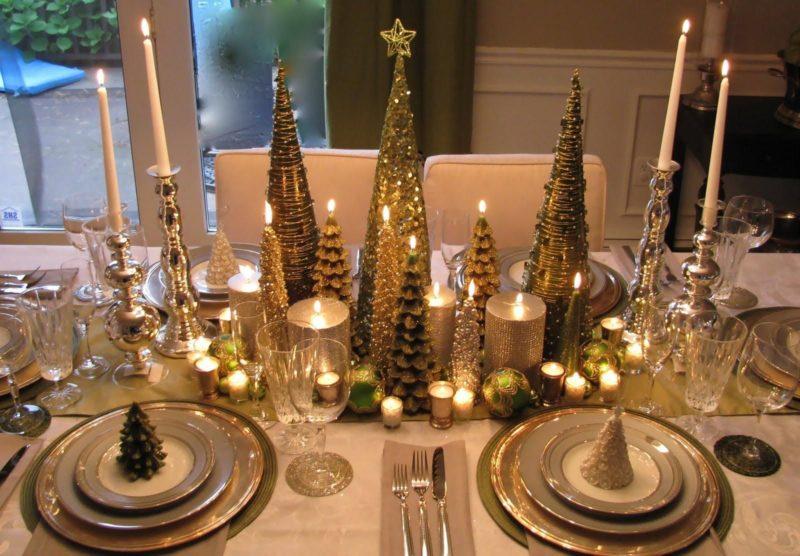 Золотистые украшения для новогоднего стола
