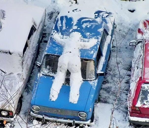 снеговик на машине