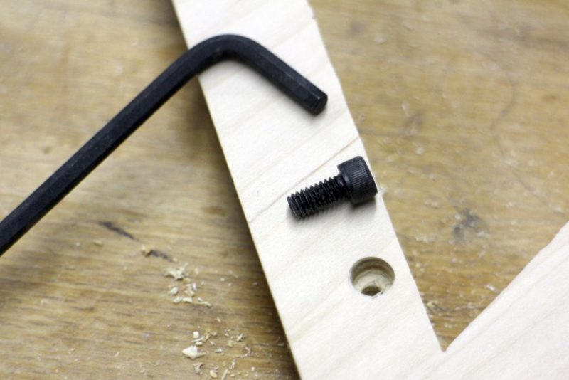 винт с внутренним шестигранником на деревянной раме