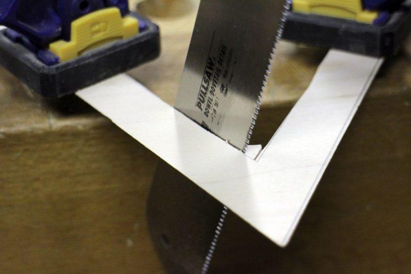 вырезаем внутренние угля треугольника из фанеры