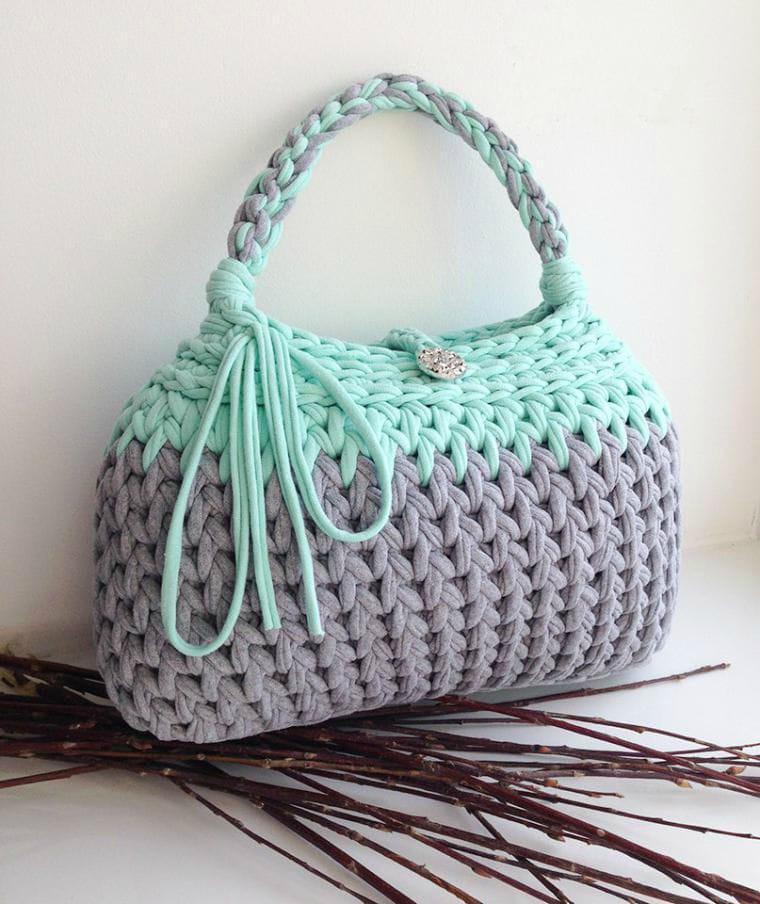 42f217c3aa04 Если вы имеете хотя бы небольшой опыт вязания, то обязательно должны связать  сумку! Сумочек много не бывает! А вязаная сумочка — это несомненный хит  этого ...