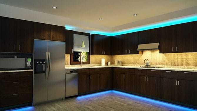 LED-Leiste unter den Schränken in der Küche