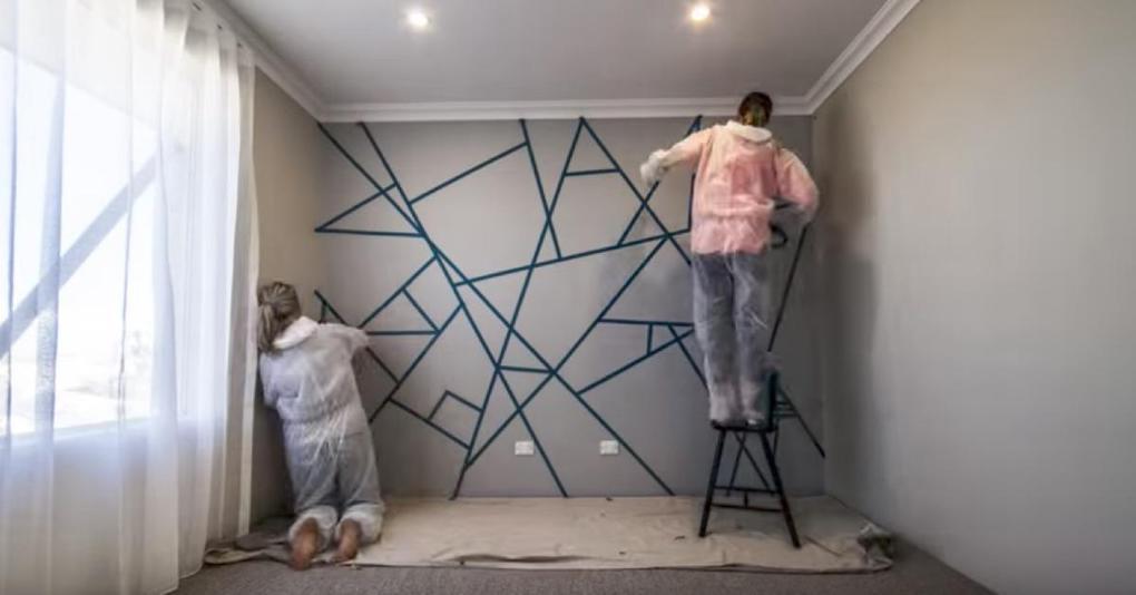 Полоски на стене своими руками